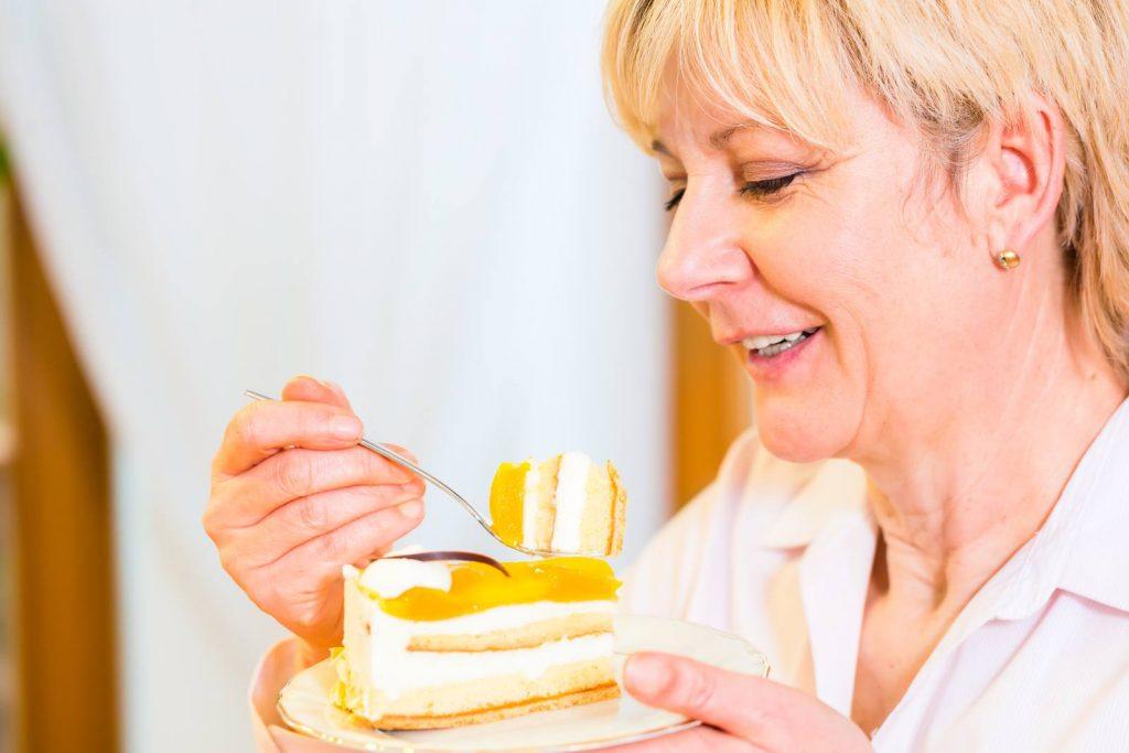 donna matura mangia un dolce