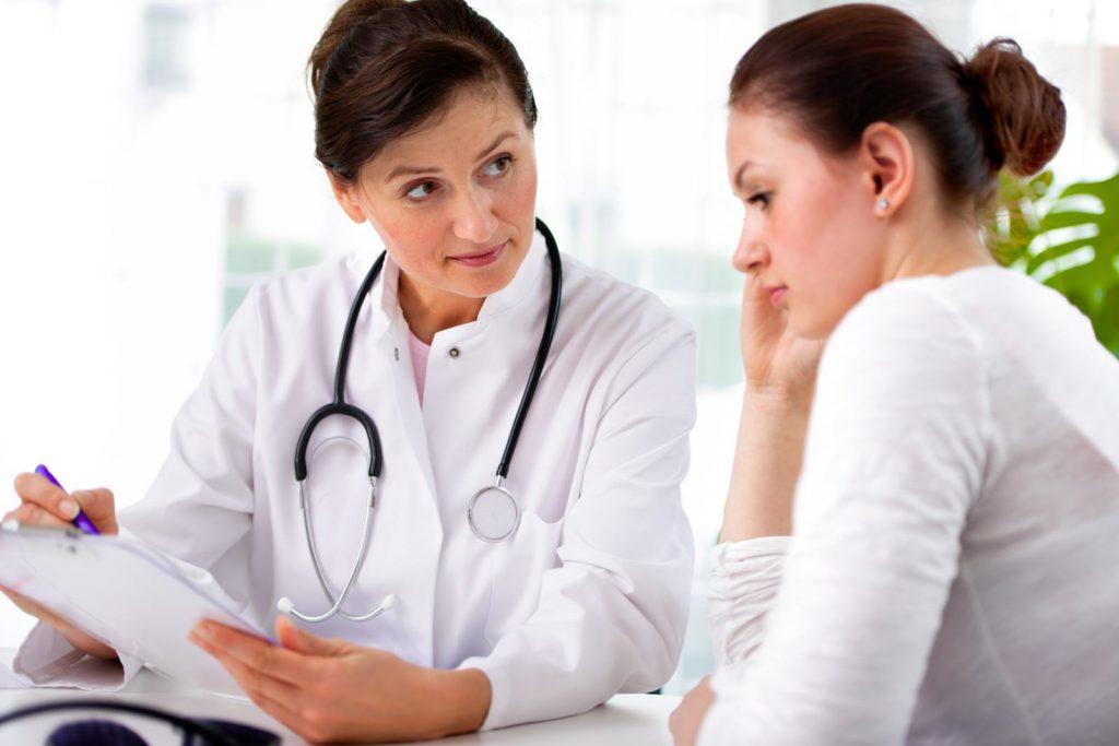 menopausa indotta donna con medico