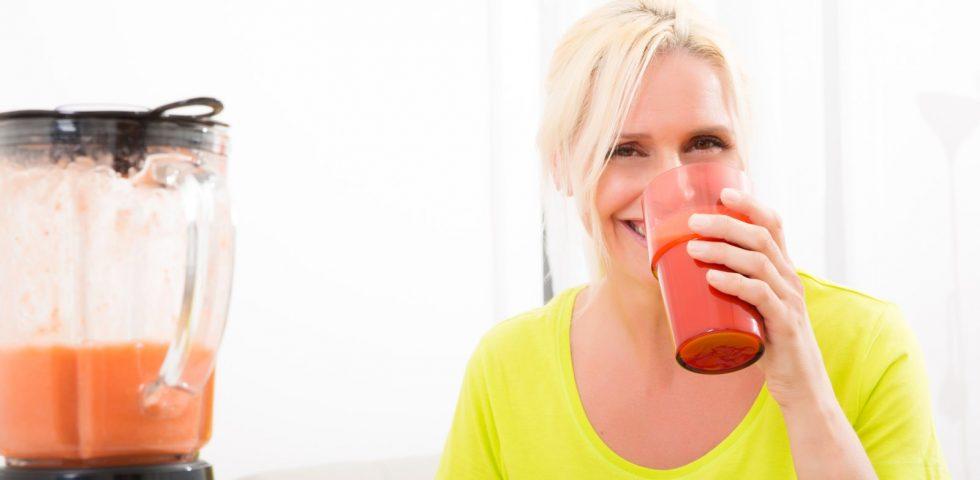 alimentazione corretta in premenopausa: donna che beve frullato