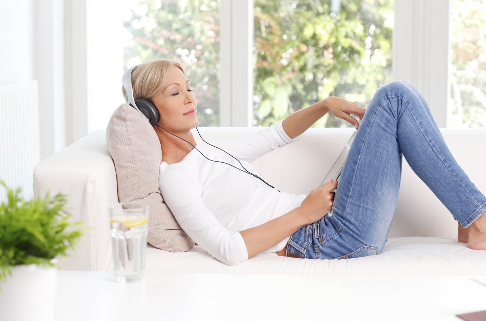 donna ascolta podcast con le cuffie