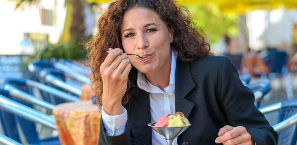 donna matura mangia il gelato