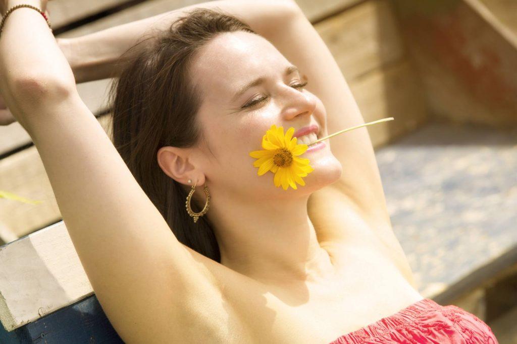 donna con fiore giallo