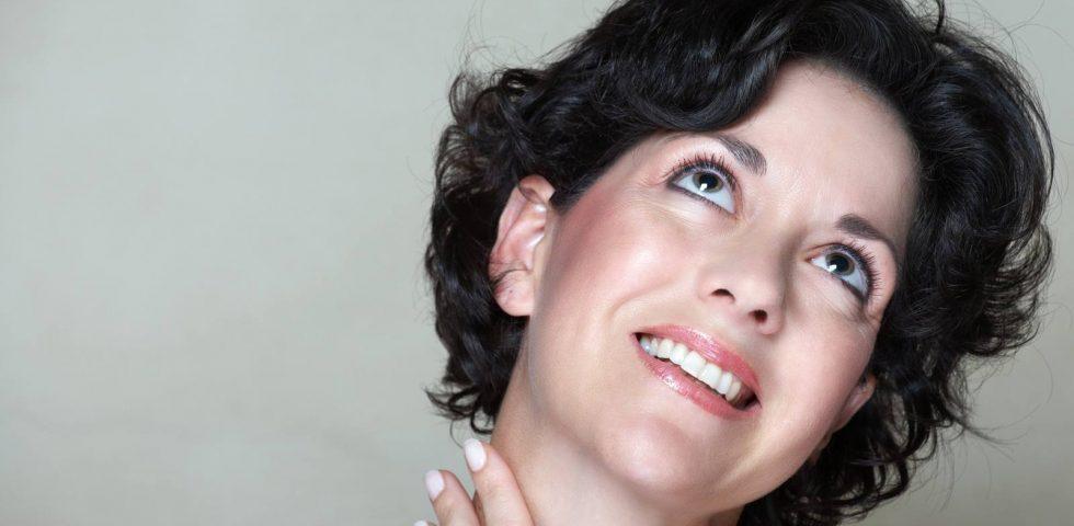 tiroide: una donna si tocca il collo
