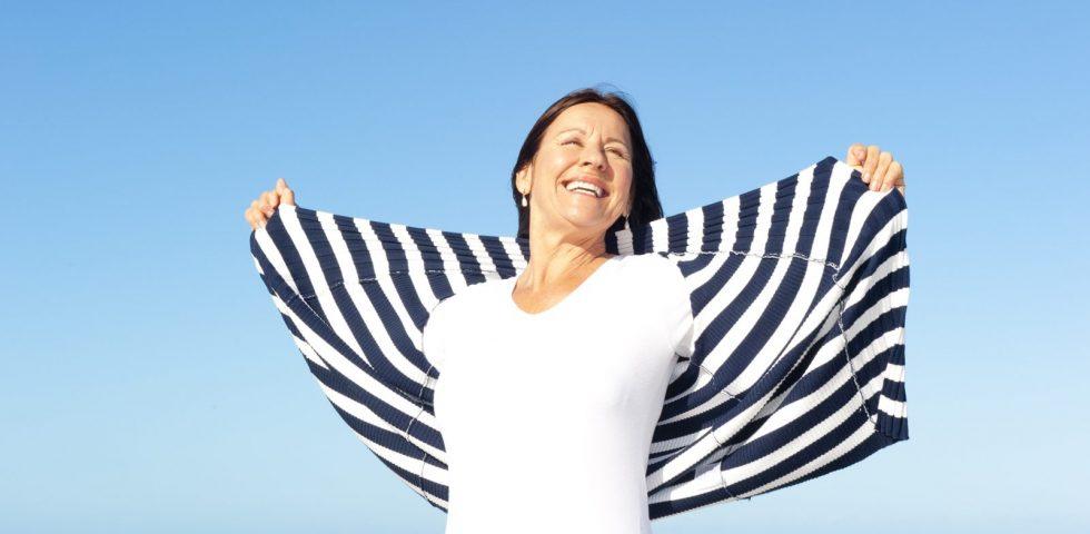 donna in menopausa sorride al mare