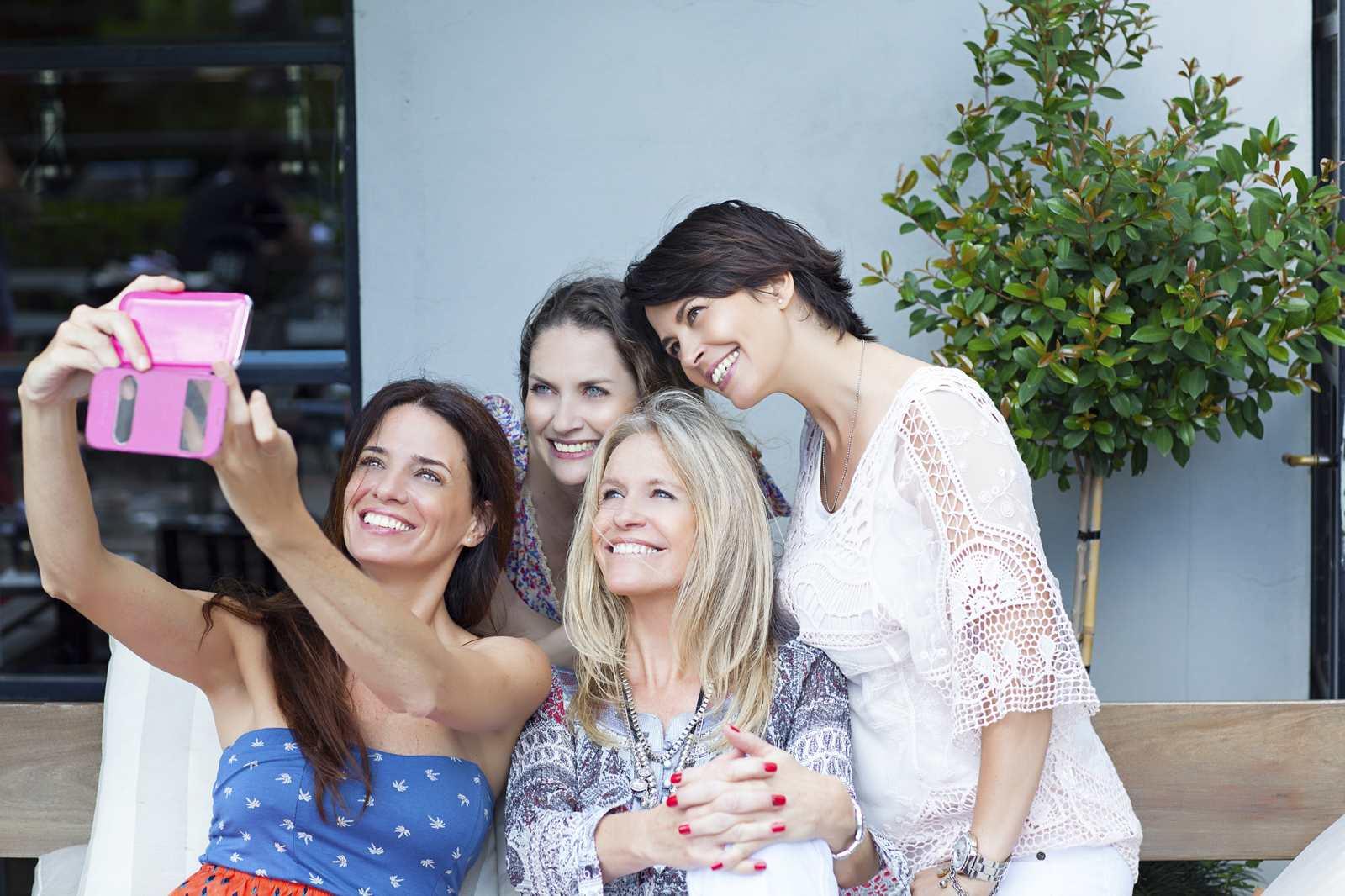 gruppo di amiche condividono un selfie