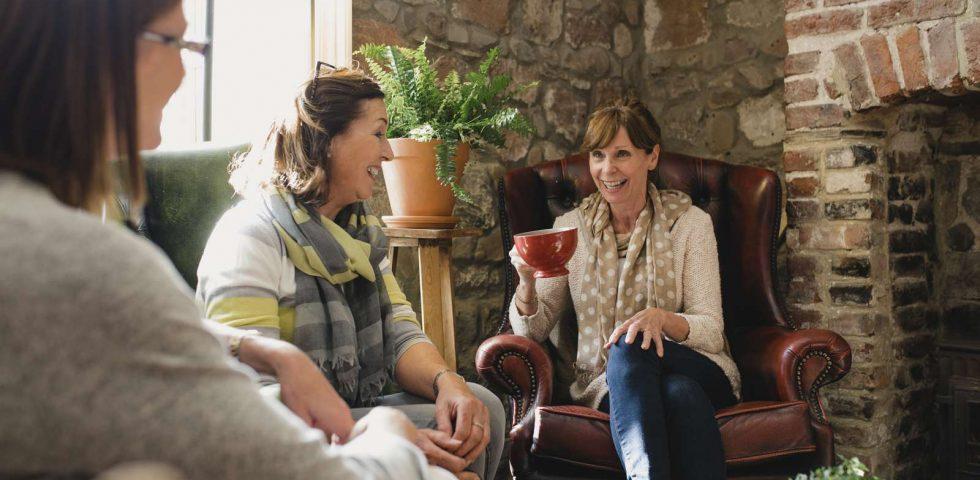 amiche condividono i loro problemi di menopausa