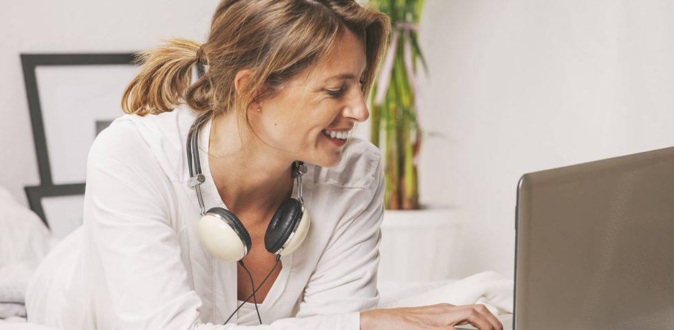 donna in menopausa guarda il computer