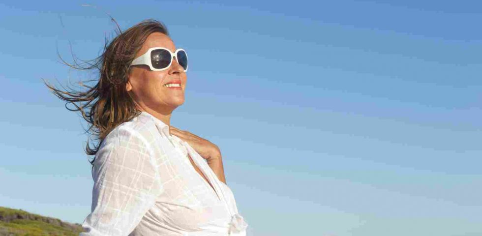 donna matura al sole per la vitamina D