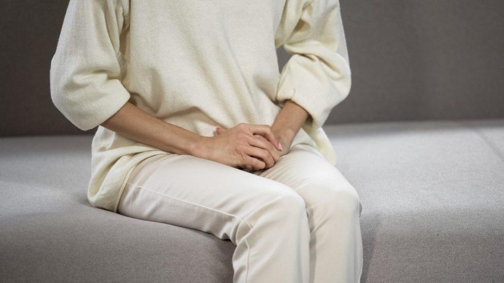 donna con mal di pancia da ciclo