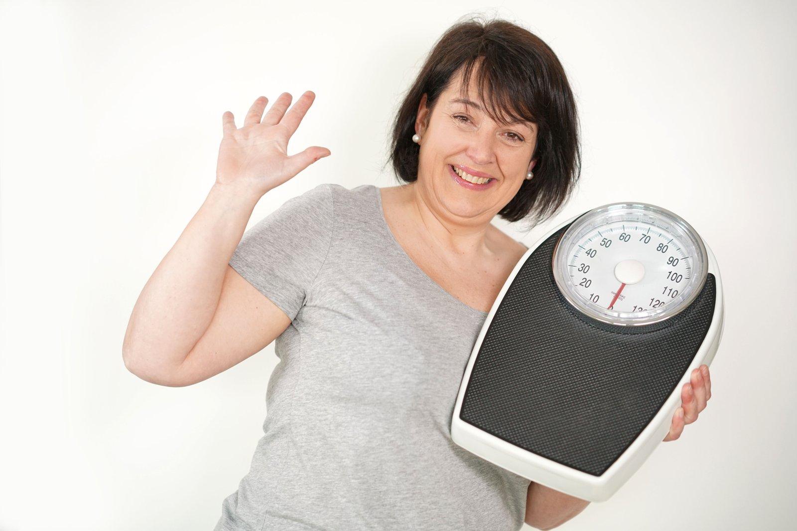 donna in sovrappeso con la bilancia