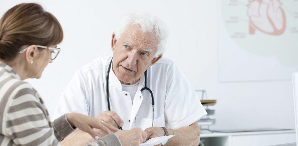 medico restituisce risultati esame colesterolo