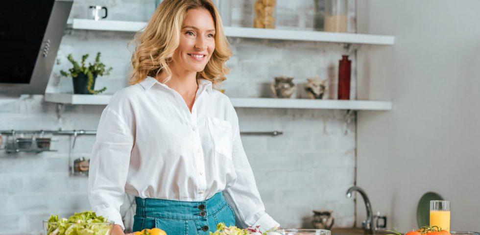 donna in perimenopausa prepara il pranzo