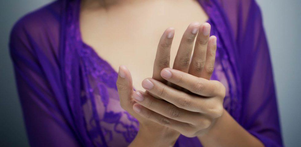 donna con crampo alla mano da spasmofilia