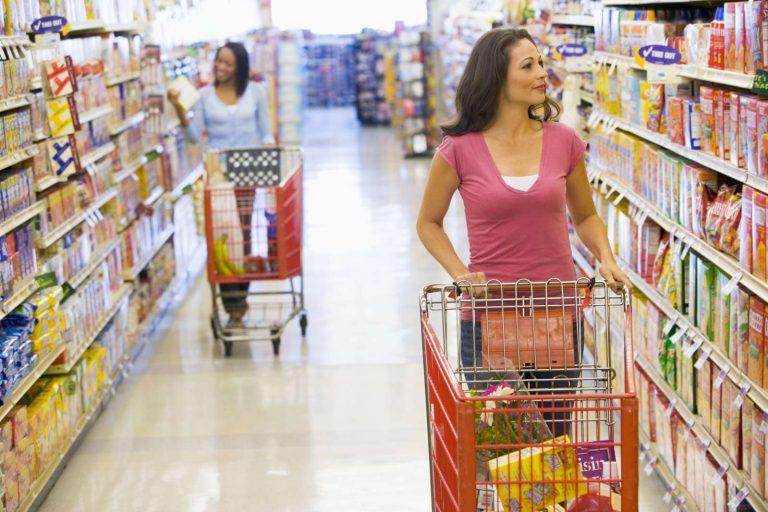 donna fa la spesa al super