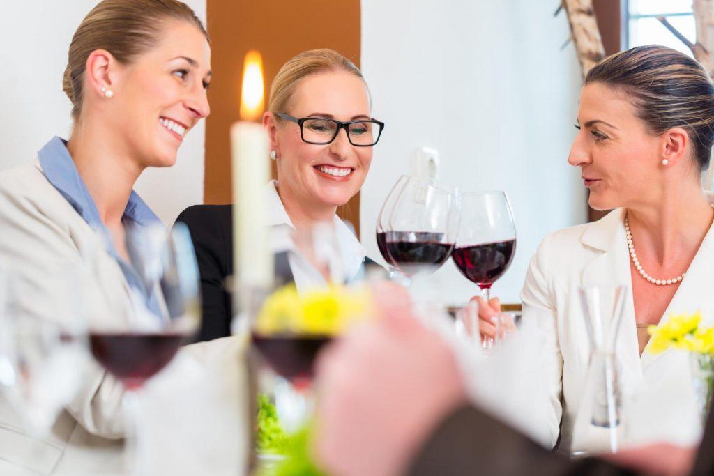 donne mezza età a tavola